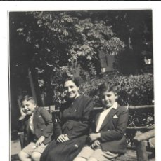 Fotografía antigua: FOTOGRAFIA ANTIGUA - UNA MADRE Y DOS HIJOS EN EL PARQUE . Lote 194775412