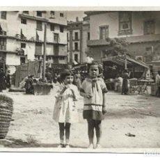 Fotografía antigua: FOTOGRAFIA ANTIGUA - DOS NIÑAS EN UN RASTRILLO - AÑOS 50. Lote 194779085