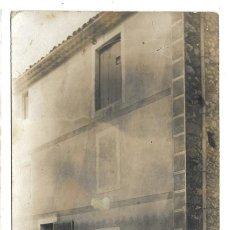 Fotografía antigua: FOTOGRAFIA ANTIGUA - PERSONAS EN LA PUERTA DE SU CASA -. Lote 194781276