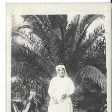Fotografía antigua: FOTOGRAFIA ANTIGUA - UNA MONJA EN UN PALMERAL -. Lote 194781772
