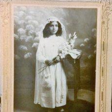 Fotografía antigua: FOTO RECORDATORIO 1• COMUNIÓN 12,5X17,5 PEGADA A CARTÓN GRABADO. E.OLEAGA REAL 127 BADALONA . Lote 194784681