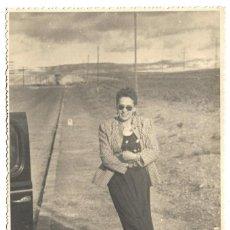 Fotografía antigua: M50-3 FOTOGRAFIAS ANTIGUAS DE - MADRE E HIJA VIAJE EN COCHE Y PARADA NECESARIA. Lote 194876460