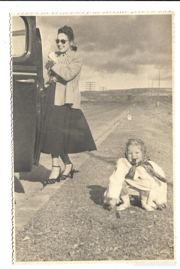 Fotografía antigua: M50-3 FOTOGRAFIAS ANTIGUAS DE - MADRE E HIJA VIAJE EN COCHE Y PARADA NECESARIA - Foto 2 - 194876460