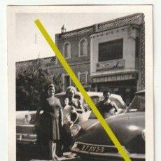 Fotografía antigua: FOTOGRAFIA PEÑISCOLA CASTELLON TIENDA DE COMESTIBLES Y COCHE TIBURON 1962 - -R-5. Lote 194877102
