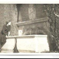 Fotografía antigua: FOTOGRAFIA ANTIGUA DE - UNA DAMA EN LA FUENTE DE TRES CAÑOS -. Lote 194885827