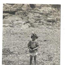 Fotografía antigua: FOTOGRAFIA ANTIGUA DE - UNA NIÑA EN EL RIO - . Lote 194886156