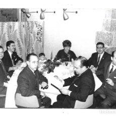 Fotografía antigua: FOTOGRAFIA ANTIGUA - COMIDA DE UN GRUPO DE AMIGOS - FOTO - - - - - - . Lote 194923400