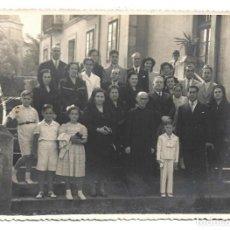 Fotografía antigua: FOTOGRAFIA ANTIGUA - FAMILIA Y CURA ACOMPAÑANDO AL NIÑO DE COMUNION - FOTO - - - - - - . Lote 194923597