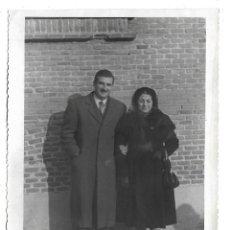 Fotografía antigua: 2 FOTOGRAFIAS ANTIGUA - UN MATRIMONIO A LA SALIDA DE MISA - FOTO - QUIROS -HARTZANBUSCH,17-MADRID. Lote 194924133