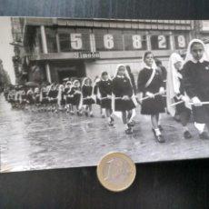 Fotografía antigua: DESFILE NIÑAS COLEGIO EL FERROL. AÑOS 60. Lote 194928102