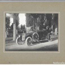 Fotografía antigua: EXTRAORDINARIA FOTOGRAFIA ANTIGUA - COCHE CLASICO CON MATRIMONIO Y EL CONDUCTOR - PRINCIPIO SIGLO XX. Lote 195006833