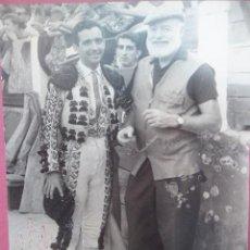 Fotografía antigua: FOTO DE CORSO EN MALAGA HEMINGWAY CON UN TORERO AIUTOGRAFIADA, 1956. Lote 195024926