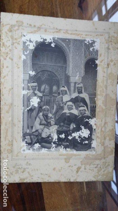 Fotografía antigua: Foto de estudio Emilio Ruiz, Casa Linares, Granada. Grupo de turistas vestidos de moros Alhambra - Foto 2 - 195025333