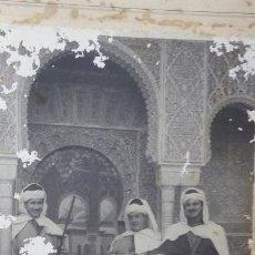 Fotografía antigua: FOTO DE ESTUDIO EMILIO RUIZ, CASA LINARES, GRANADA. GRUPO DE TURISTAS VESTIDOS DE MOROS ALHAMBRA. Lote 195025333