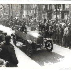 Fotografía antigua: EXTRAORDINARIA FOTOGRAFIA ANTIGUA - COCHE CLASICO PARTICIPANDO EN UN RALLY . Lote 195025610