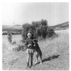 Fotografía antigua: == GG321 - FOTOGRAFIA - NIÑA CON UN PERRITO - LA CAÑADA 1970. Lote 195049887