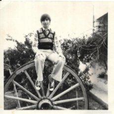 Fotografía antigua: == GG323 - FOTOGRAFIA - JOVENCITO SENTADO SOBRE UNA RUEDA. Lote 195050001
