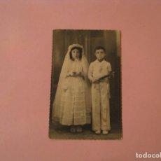 Fotografía antigua: ANTIGUA FOTO NIÑOS, PRIMERA COMUNIÓN. FOTO VALERA, NERJA. 14X8,5 CM.. Lote 195050861
