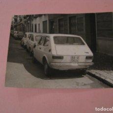 Fotografía antigua: FOTO COCHE SEAT 127. MATRICULA BADAJOZ. AÑOS 70. DESCONOZCO EL LUGAR. 10,5X7,5 CM.. Lote 195051925