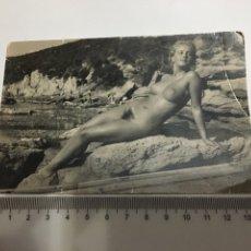Fotografía antigua: FOTO EROTICA. JOVEN SENTADA SOBRE LAS ROCAS. FOTÓGRAFO?.. Lote 195051928