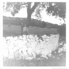 Fotografía antigua: == GG383 - FOTOGRAFIA - SEÑORA Y NIÑA JUNTO A UN ARBOL. Lote 195063875