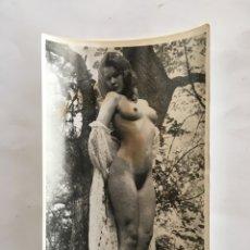 Fotografía antigua: FOTO EROTICA. POSANDO EN EL JARDÍN. FOTÓGRAFO?. MEDIDAS 7,5 X 10,5 CM.. Lote 195081473