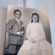 Fotografía antigua: 10-FOTO ANTIGUA 2 NIÑOS DE COMUNION, AÑOS 40,11,5 X 14,5. Lote 195087127