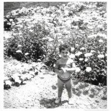 Fotografía antigua: == GG391 - FOTOGRAFIA - NIÑITA ENTRE FLORES. Lote 195094573