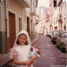 Fotografía antigua: == GG409 - FOTOGRAFIA - JOVENCITA DE PRIMERA COMUNION CON UNA MUÑECA EN BRAZOS. Lote 195102187