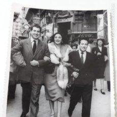 Fotografía antigua: FOTO DE ARTISTA CON GALANES DE ÉPOCA. Lote 195106421