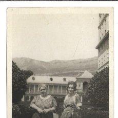 Fotografía antigua: EXTRAORDINARIA FOTOGRAFIA ANTIGUA - UNA MADRE E HIJA -JARDIN DE LOS FRAILES EL ESCORIAL- 8-1.920. Lote 195116620