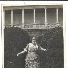 Fotografía antigua: EXTRAORDINARIA FOTOGRAFIA ANTIGUA - UNA DAMA -JARDIN DE LOS FRAILES DE EL ESCORIAL- 8-1.920. Lote 195116888
