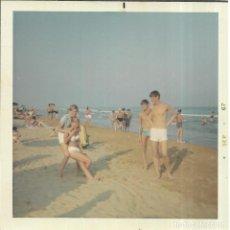 Fotografía antigua: == GG443 - FOTOGRAFIA - JOVENES JUGANDO EN LA PLAYA. Lote 195116996