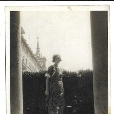 Fotografía antigua: EXTRAORDINARIA FOTOGRAFIA ANTIGUA - UNA DAMA -JARDIN DE LOS FRAILES DE EL ESCORIAL- 8-1.920. Lote 195117133