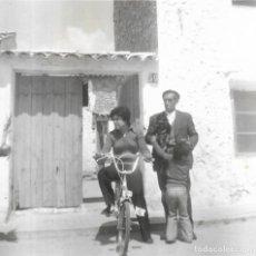 Fotografía antigua: == GG507 - FOTOGRAFIA - SEÑORA MONTADA EN BICI CON SU FAMILIA. Lote 195149090