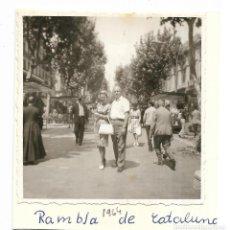 Fotografía antigua: == GG510 - FOTOGRAFIA - PAREJA DE PASEO POR LA RAMBLA DE CATALUÑA. Lote 195149233