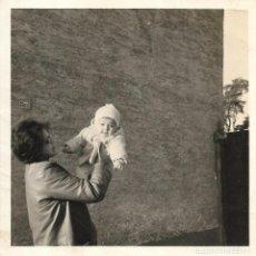 Fotografía antigua: == GG556 - FOTOGRAFIA - SEÑORA CON BEBÉ EN BRAZOS. Lote 195161947