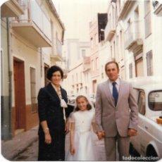 Fotografía antigua: == GG565 - FOTOGRAFIA - JOVENCITA DE PRIMERA COMUNION CON SUS PADRES. Lote 195162487