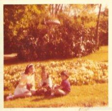 Fotografía antigua: == GG567 - FOTOGRAFIA - TRES JOVENCITOS SENTADOS EN EL SUELO. Lote 195162598
