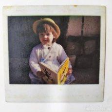 Fotografía antigua: FOTOGRAFIA INSTANTANEA KODAK EN COLOR DE UNA NIÑA CON UN LIBRO, ANTERIOR A 1986. Lote 195164923