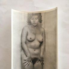 Fotografía antigua: FOTO EROTICA. VAYA DESCUIDO. FOTÓGRAFO?. MEDIDAS 7,5 X 10,5 CM.. Lote 195170638