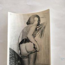 Fotografía antigua: FOTO EROTICA. NOS SORPRENDE CON SU TRASERO. FOTÓGRAFO?. MEDIDAS 7,5 X 10,5 CM.. Lote 195171462