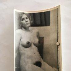 Fotografía antigua: FOTO EROTICA. MENUDAS AUREOLAS. FOTÓGRAFO?. MEDIDAS 7,5 X 10,5 CM.. Lote 195171618