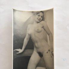 Fotografía antigua: FOTO EROTICA. DELGADA PERO SEXY. FOTÓGRAFO?. MEDIDAS 7,5 X 10,5 CM.. Lote 195171798