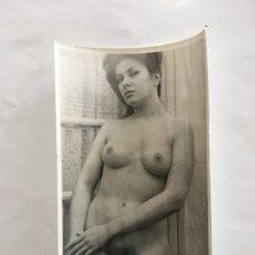 Fotografía antigua: FOTO EROTICA. EN LA INTIMIDAD. FOTÓGRAFO?. MEDIDAS 7,5 X 10,5 CM.. Lote 195178678