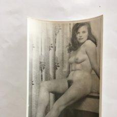 Fotografía antigua: FOTO EROTICA. JOVEN PRECIOSA. FOTÓGRAFO?. MEDIDAS 7,5 X 10,5 CM.. Lote 195179048