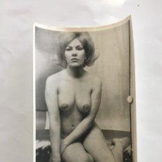 Fotografía antigua: FOTO EROTICA. VAYA PAR DE ... FOTÓGRAFO?. MEDIDAS 7,5 X 10,5 CM.. Lote 195179383