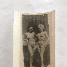 Fotografía antigua: FOTO EROTICA. UNA MORENA Y UNA RUBIA. FOTÓGRAFO?. MEDIDAS 7,5 X 10,5 CM.. Lote 195179535