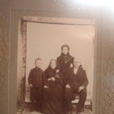 Fotografía antigua: FOTOGRAFÍA ANTIGUA DE FAMILIA DE LUTO. Lote 195181652