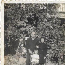 Fotografía antigua: == GG163 - FOTOGRAFIA - PAREJA CON UNA NIÑITA. Lote 195223327